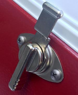 Coleman Steel-Belted Cooler - Locking system